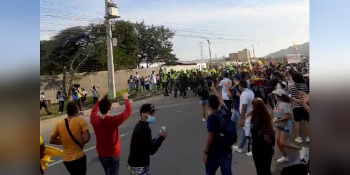 Momento en que manifestantes aplaudieron y se unieron a policías.