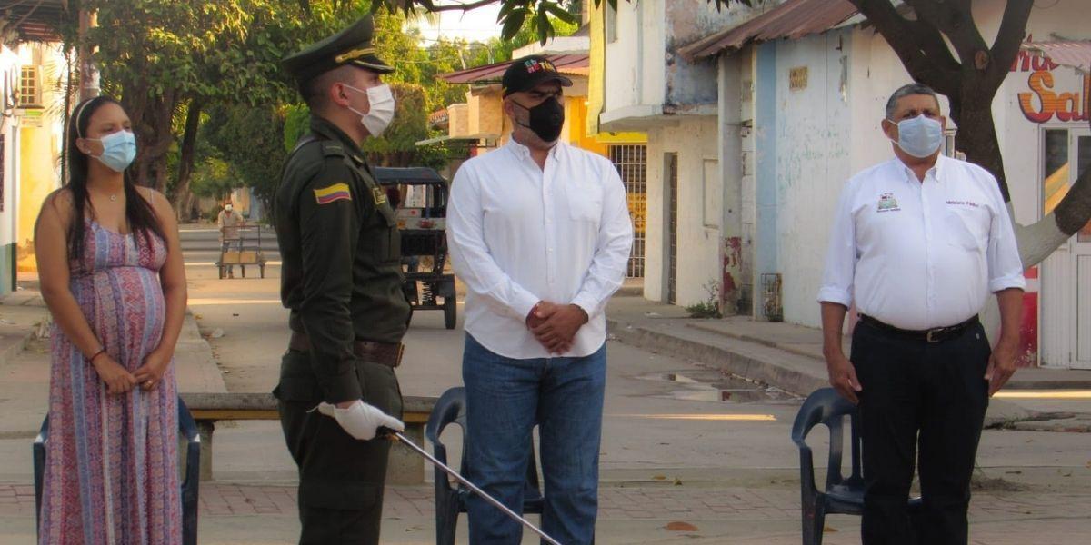 El alcalde Jorge Serrano, comandante de la estación de Policía teniente Cristian Robayo y gabinete de gobierno
