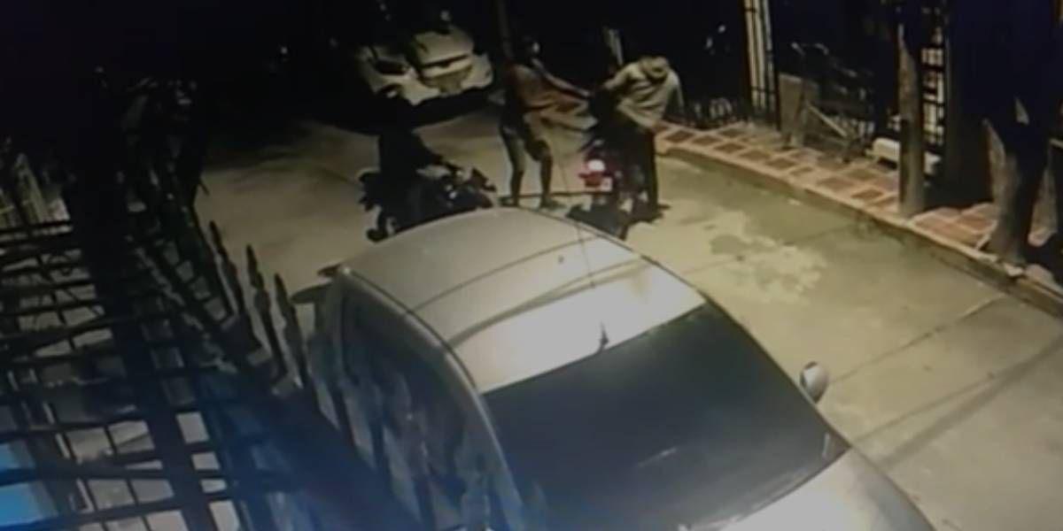 Momento del robo de la motocicleta.