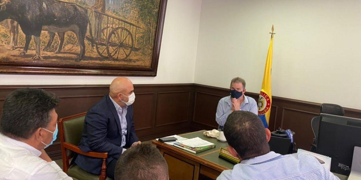 Reunión del alcalde de El Retén con el viceministro de Agricultura.