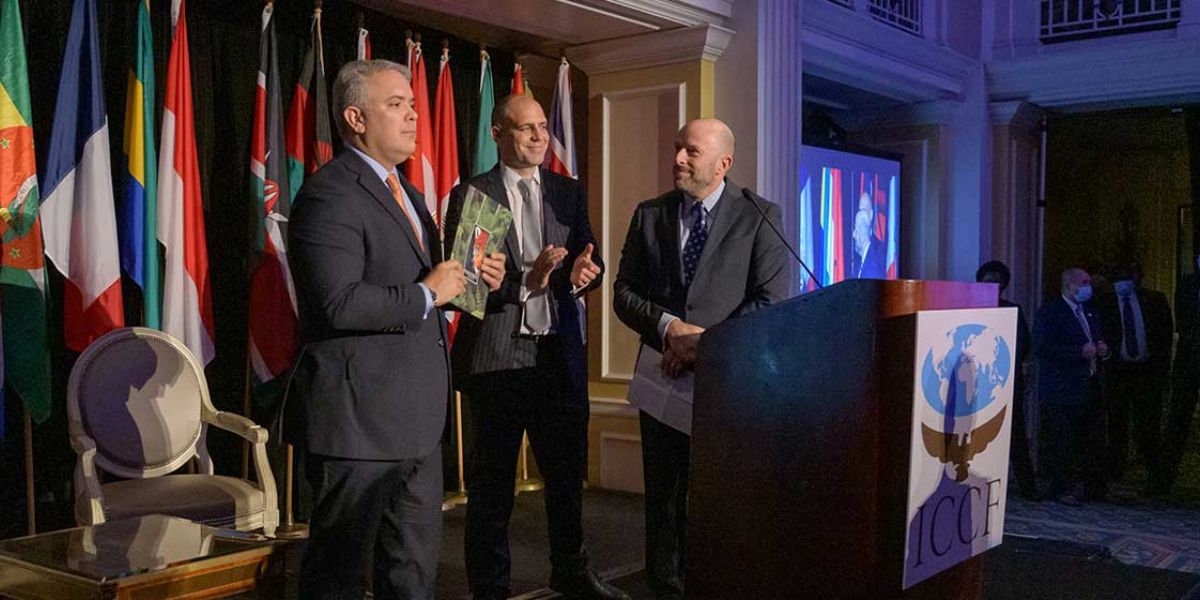 El presidente de la organización, James Deutsch, hizo el anuncio al leer una carta durante la entrega al presidente Iván Duque del prestigioso premio internacional.