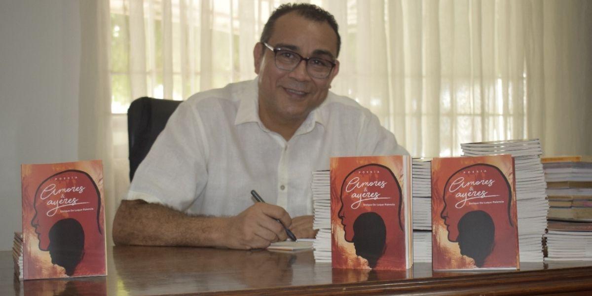 Enrique De Luque Palencia fotografiado con su libro Amores y Ayeres.
