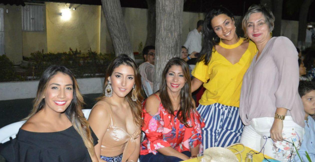 Dayana Portillo, Marcela Portillo, Claudia Helena Serge, María José Bonilla y Yajaira Sevillano.