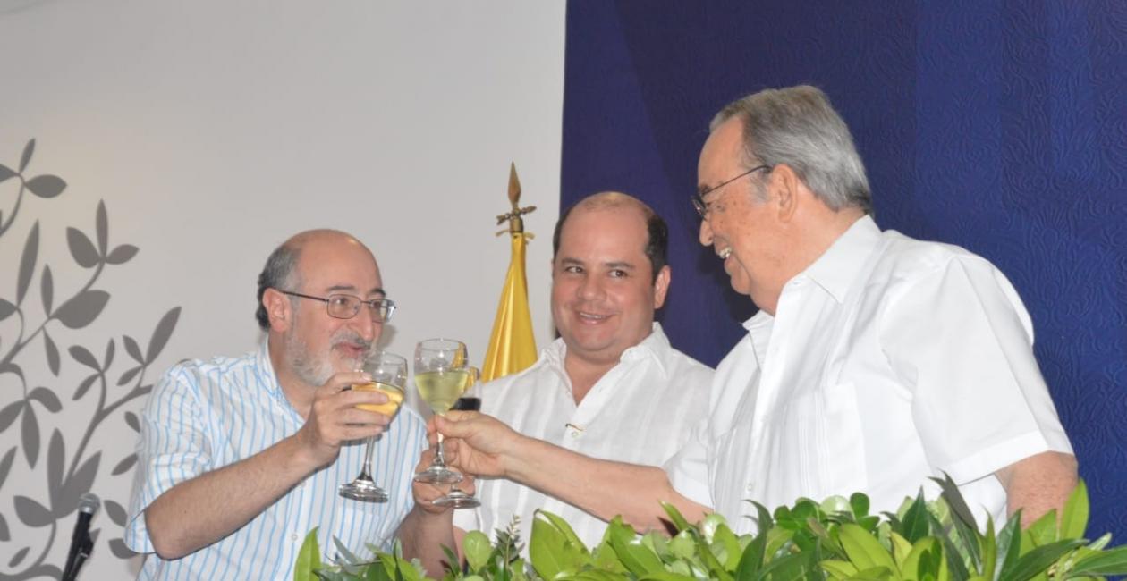 El brindis fue ofrecido por el doctor Alfredo Méndez , Juan Lozano y Camilo Noguera