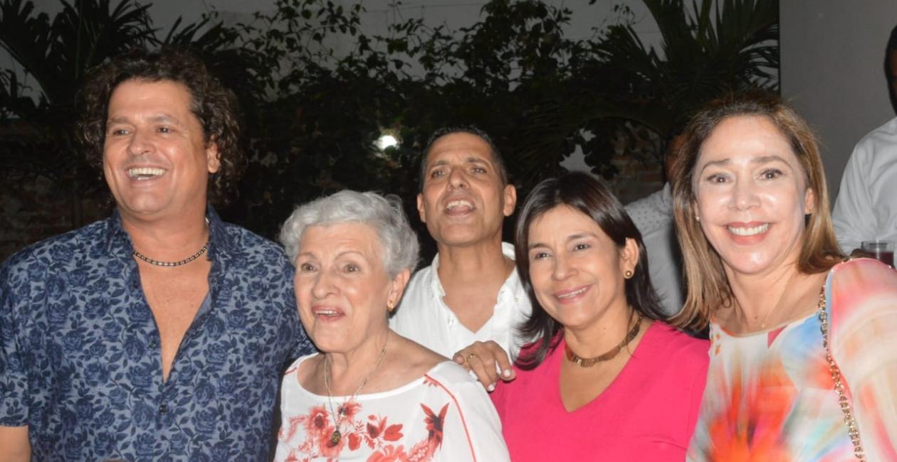 Carlos Vives en compañía de Araceli Restrepo de Vives, Martha Naranjo y María Claudia Díaz Granados.