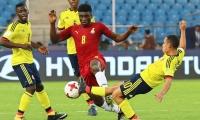El colombiano Brayan Gomez (d) disputa un balón con el ghanés Kudus Mohammed (c) durante un encuentro correspondiente al grupo A del Mundial sub17 de fútbol disputado en el Jawaharlal Nehru Stadium, en Nueva Delhi, India.