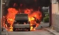 Las llamas consumieron el vehículo en cuestión de segundos.