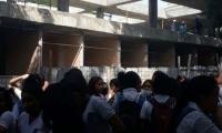 Las jóvenes se resistieron entrar a recibir sus clases en la tarde este martes.