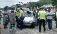 El fuerte impacto ocasionó que el carro se volcara.