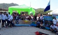 """a jornada ambiental bajo el eslogan """"Por una playa limpia"""", tuvo la participación del grupo de apoyo del Voluntariado Universitario y más de 300 estudiantes y docentes."""