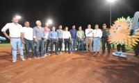 Rafael Martínez y Carlos Caicedo, durante la inauguración del estadio de béisbol
