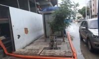 Obreros de una construcción ubicada en la carrera cuarta con calle 22  de manera irregular vierten a la calle el agua lluvia estancada.