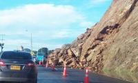 Las rocas quedaron en la vía.