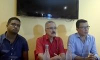 Carlos Caicedo acompañado de líderes de movimiento políticos.