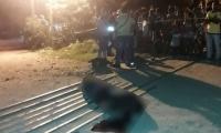 El cuerpo de la víctima quedó tendido en el suelo, a la vista de los curiosos.