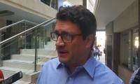 Iván Cancino, atendiendo a los medios en su llegada al edificio Galaxia este jueves.