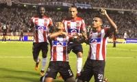 Germán Gutiérrez celebra el gol con sus compañeros.