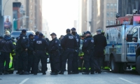 Agentes de la policía de Nueva York permanecen a la entrada de la terminal de autobuses de la Autoridad del Puerto en Nueva York.