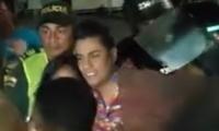 Momento de la salida de Churo Díaz de la tarima en Rioacha.