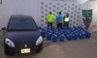 El capturado, Arley de Jesús López Cardona, el vehículo y la gasolina de contrabando.