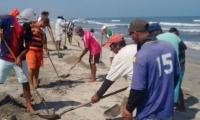 Pescadores atendiendo la emergencia ambiental.