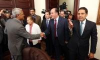 Julio Borges fue recibido por el presidente del Congreso, Mauricio Lizcano.