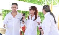 Germán Vargas y Rosa Cotes durante la firma del convenio para las casas gratis.