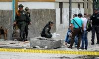 Fotografía tomada el pasado 19 de febrero en la que se registró a varios miembros de la Policía de Colombia al examinar el lugar donde se registró la explosión.