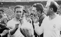 Raymond Kopa sostiene el trofeo de la Liga de Europa con Alfredo Di Stéfano.