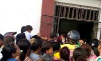 Cientos de personas intentaron ingresar apretujándose por una puerta.
