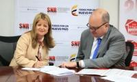 La ministra Elsa Noguera y el superintendente Jorge Enrique Vélez, durante la firma del convenio en Bogotá.