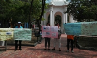La mujer junto a su hija y vecinos realiza un plantón frente al Palacio de Justicia de Santa Marta.