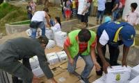 Las autoridades siguen con la entrega de ayudas en Mocoa.