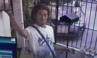 Este es el ladrón, mientras se lleva un bombillo de la vivienda a la que entró a robar.