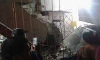 Así quedó el furgón incrustado en la casa, tras el choque.