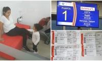 Nicole y su hija esperando en el aeropuerto.