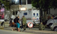Militares lo trasladaron en una ambulancia hasta la Clínica Mar Caribe, donde falleció.