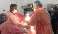 Médicos en medio de la intervención quirúrgica.