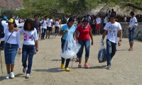 Los estudiantes recorrieron la playa de Taganga recogiendo basuras.