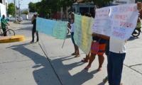 Los familiares de los detenidos protestaron frente a las instalaciones de la URI en Santa Marta.