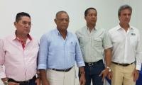 Los alcaldes elegidos junto al director de Corpamag, Carlos Francisco Díaz Granados.
