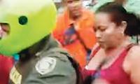 La mujer se empezó a tragar los billetes al notar la presencia de los uniformados