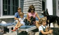 Fotografía del 14 de agosto de 1963, cedida por la Biblioteca John F. Kennedy, del entonces presidente estadounidense, John F. Kennedy, junto a su esposa Jackie y sus hijos John y Carolines, en su casa de verano en Hyannisport, Squaw Island, Massachusetts (EE.UU.).