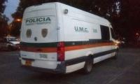 Vehículo institucional en el que transportaban el licor de contrabando.