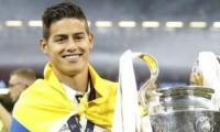 El jugador colombiano cargando el trofeo.