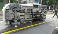 Camión de Electricaribe volcado en medio de la vía.