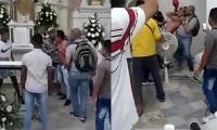 El ladrón entró a la iglesia para refugiarse de la gente que lo perseguía.