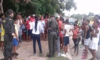 Personal de Electricaribe en diálogo con la comunidad.
