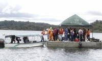 Un grupo de buzos se alista para realizar una inmersión.