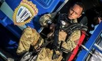 Óscar Pérez, el supuesto agente que atacó instituciones en Venezuela, con su atuendo de piloto.